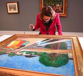 Edvard Munchs Mädchen auf der Brücke in Museum angekommen
