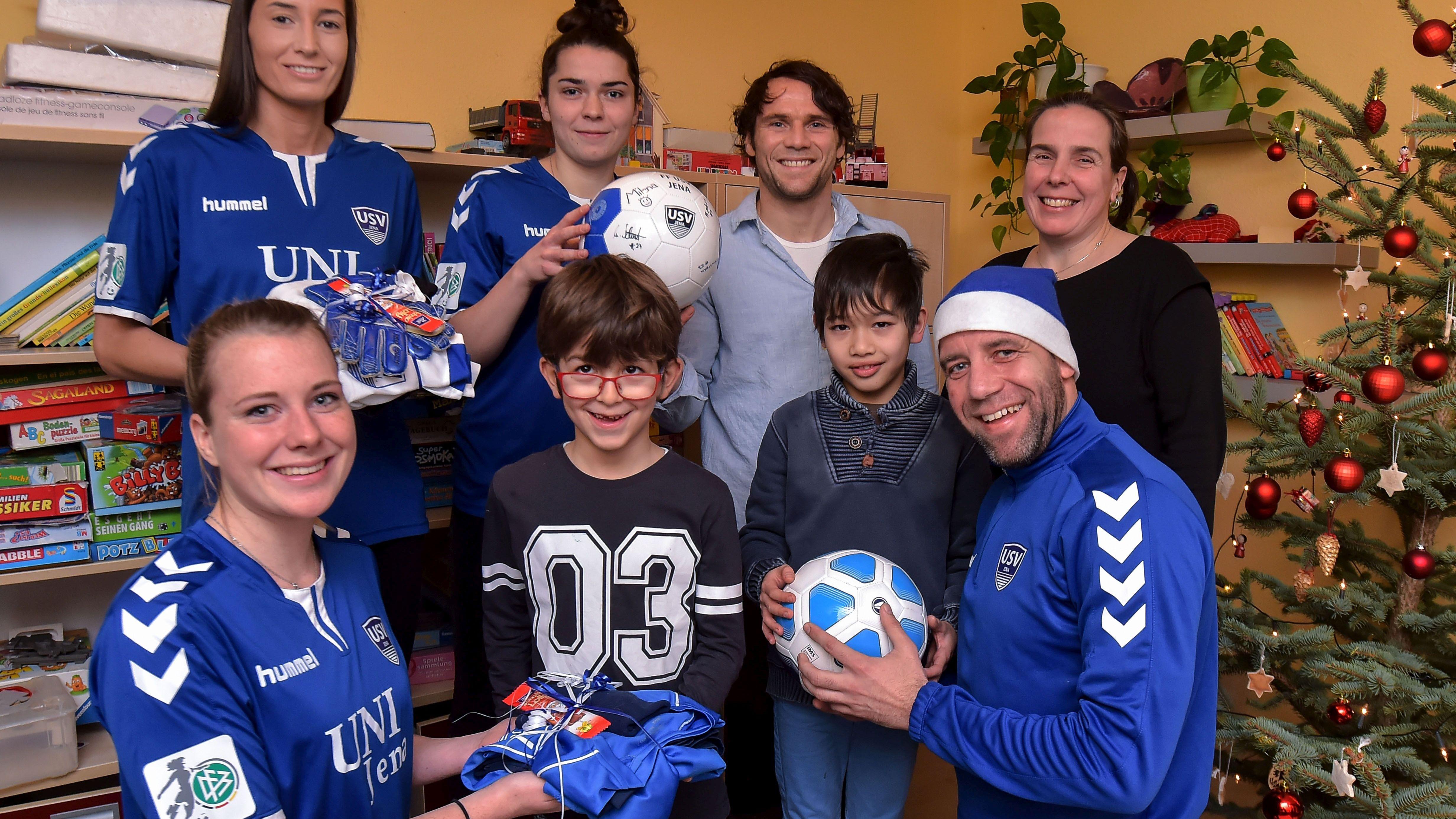 Kinderheim Weihnachtsgeschenke.Fußballerinnen Verteilten Weihnachtsgeschenke Im Kinderheim Jena