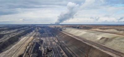 Aktivisten demonstrieren auf Tagebau-Bagger-Image