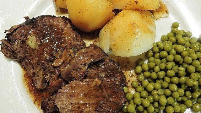 Brasato mit gebackenen Kartoffeln  und Ofengemüse-Image