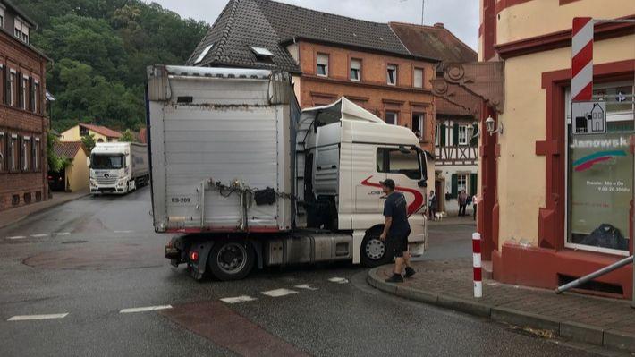 Sattelzug blockiert Kreisel in Otterberg-Image